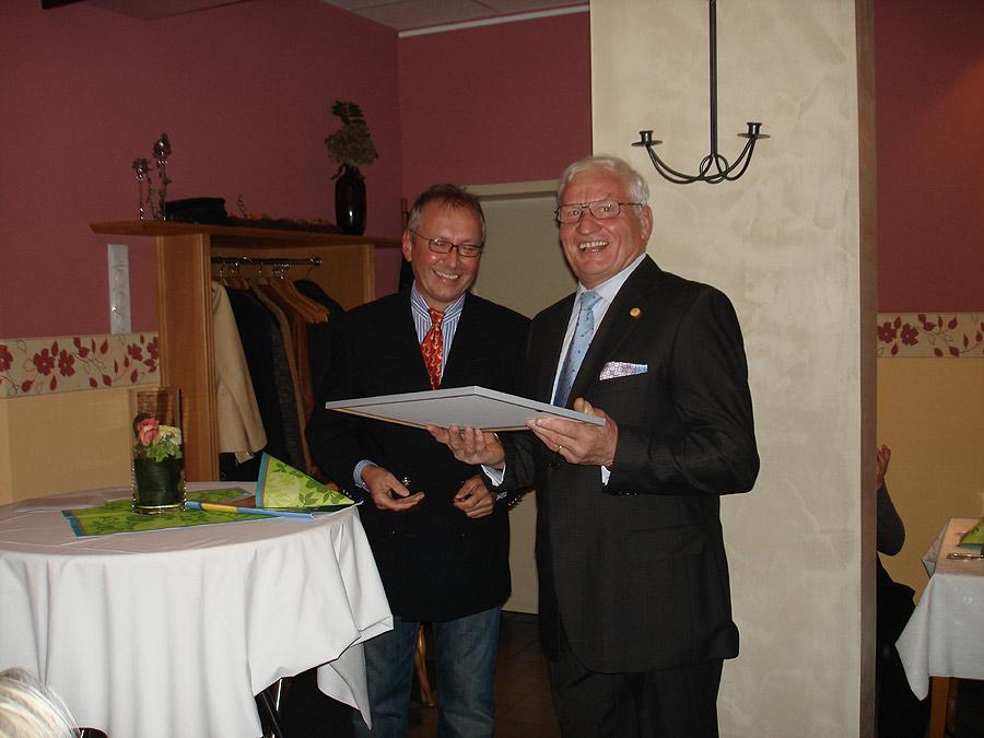 Gerhard Hilsamer von der Handwerkskammer gratuliert Hans Schwebach zum 50. Jubiläum der Meisterprüfung