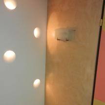 Arbeiten mit Licht. In diese Wand wurden Lichtkegel versenkt eingebaut und sorgen für ein angenehme, indirekte Lichtakzente.