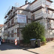 Gerüstbau für die Fassaden eines typischen Haus im Moselfränkischen Raum