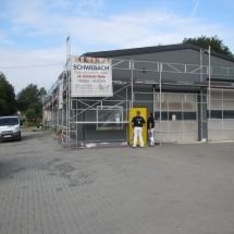 Moderne Fassadengestaltung bei einer KFZ-Werkstatt.