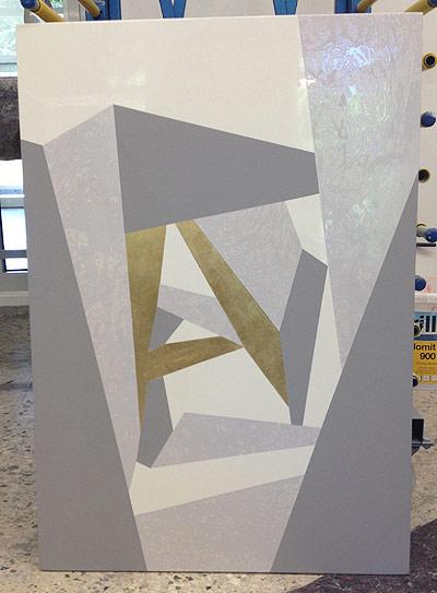 Bild 3: ist ein Wandbild welches für den Büroraum gedacht ist. Dieses wurde von jedem Prüfling selbst entworfen und enthält eine Spritzlackierung, eine Folientechnik, Dispersionanstrich und eine Blattgoldvergoldung als Techniken.
