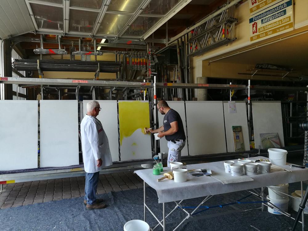 Hans erklärt die Arbeitsschritte beim Arbeiten mit Kalk