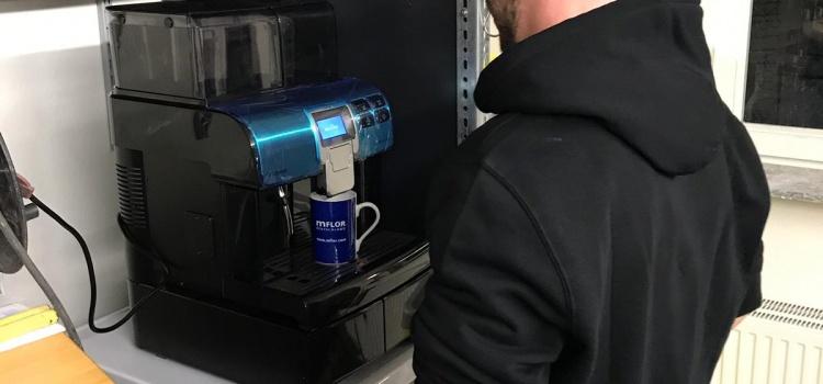 Frischer Kaffee ohne Pappbecher
